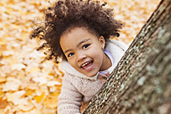 Little girl playing in autumn park - HAPF000012