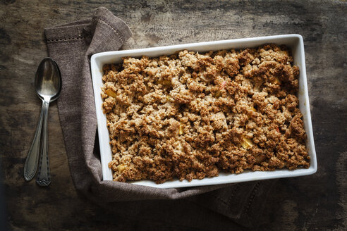 Crumble with apple, pear and quince in baking dish - EVGF002532