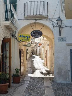 Italy, Apulia, Gargano, Vieste, old town, Via Gaetano Alarcon - GS001024