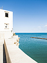 Italy, Apulia, Gargano, Vieste, house at the coast - GSF001027