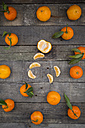 Whole and peeled tangerine on wood - LVF004309