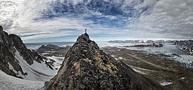 Greenland, Schweizerland, Kulusuk, mountaineer on mountaintop - ALRF000247