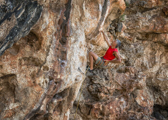 Malta, Ghar Lapsi, McCarthey's Cave, rock climber - ALRF000262