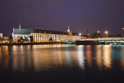 Poland, Wroclaw, Odra river, University building and bridge at night - ABOF000064