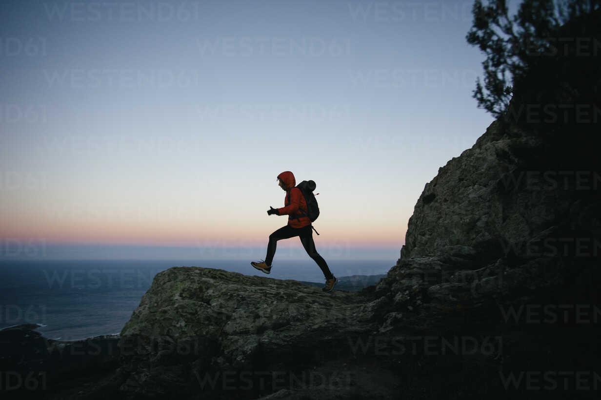 Spain, Catalunya, Girona, woman hiking at twilight - EBSF001171 - Bonninstudio/Westend61