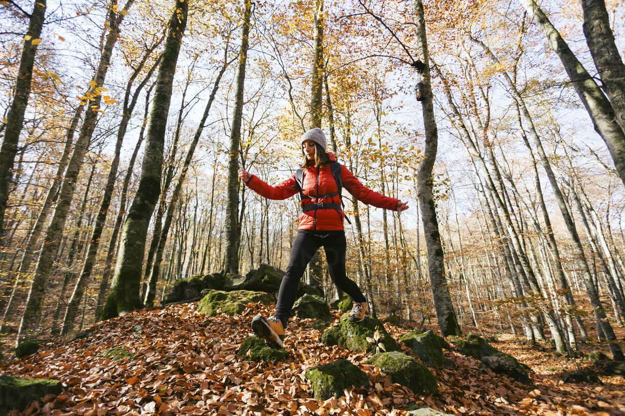 Spain, Catalunya, Girona, female hiker walking in the woods - EBSF001201 - Bonninstudio/Westend61