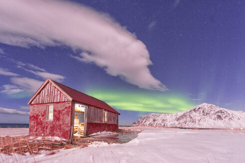 Norway, Lofoten, Red hut under the Aurora - LOMF000141