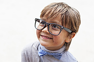 Portrait of smiling little boy wearing bow tie and oversized spectacles - VABF000027