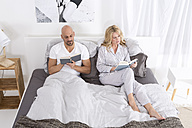 Mature couple reading in bed - MAEF011110