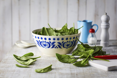 Fresh spinach leaves on chopping board, knife - KSWF001708