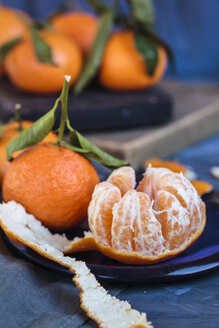 Clementines on plate, peeled - SBDF002609