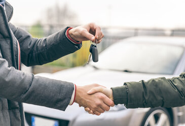 Two people reaching an agreement about a car sale - OIPF000035