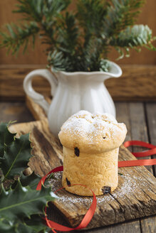 Home-baked mini panettone on wooden chopping board, decoration - ECF001842