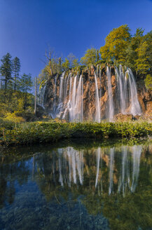 Croatia, Plitvice Lakes National Park, Waterfall and lake - LOMF000155