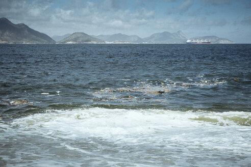 Brazil, Rio de Janeiro, Praia Vermelha, water pollution, rubbish in ocean - MFF002526