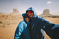 Selfie of a couple in the Monument Valley in Utah - GIOF000598