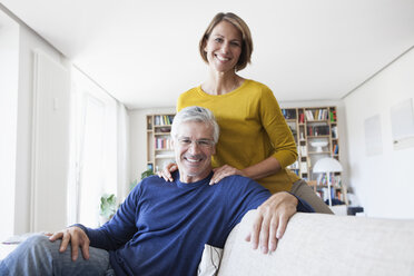Portrait of smiling couple in the living room - RBF003751