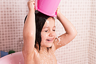 Bathing little girl pouring water on her head - JASF000327