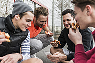 Young men eating pizza - UUF006308