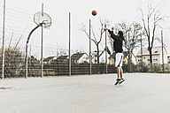 Young man playing basketball - UUF006311