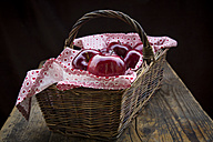 Wickerbasket of red apples - LVF004367