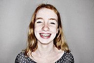 Portrait of smiling girl with braces - JATF000799