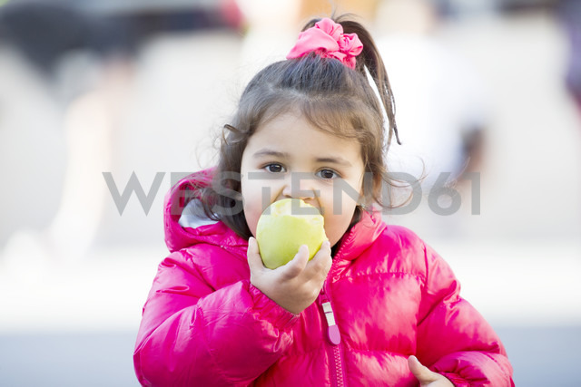 Portrait of little girl eating an apple - ERLF000098 - Enrique Ramos/Westend61