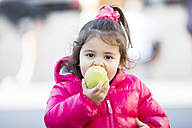 Portrait of little girl eating an apple - ERLF000098