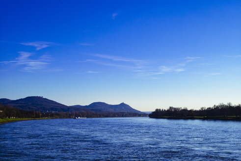 Germany, Rhineland-Palatinate, Siebengebirge, River Rhine with Drachenfels castle - DASF000041