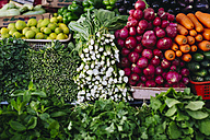 Vegetables and herbs at vegetable market - MAUF000215