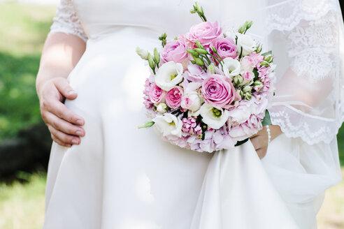 Bride holding her bouquet - DAW000424