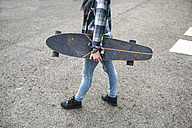 Young woman with longboard crossing the street - KIJF000099