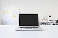 Laptop on desk in office - RBF003910
