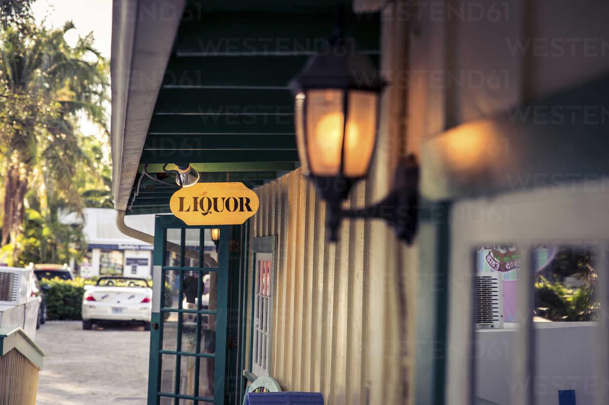 USA, Florida, Captiva Island, liquor sign - CHPF000170 - Christophe Papke/Westend61