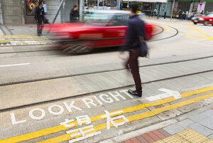 China, Hong Kong, People crossing road - HSI000386