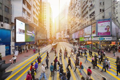 China, Hong Kong, People crossing road - HSI000395