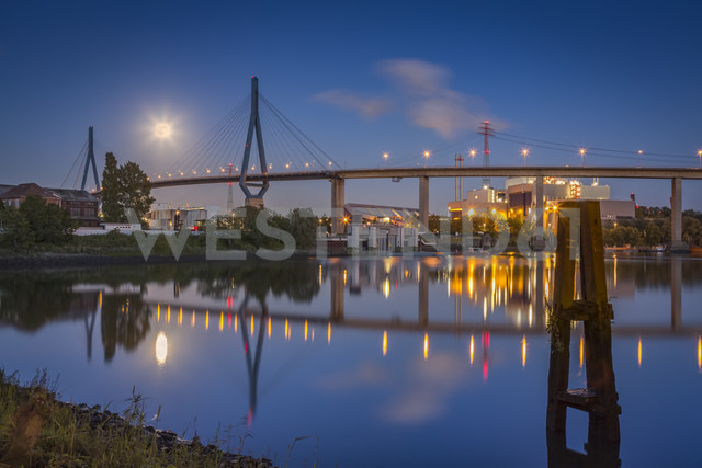 Germany, Hamburg, Koehlbrand Bridge and full moon at night - NKF000424 - Stefan Kunert/Westend61