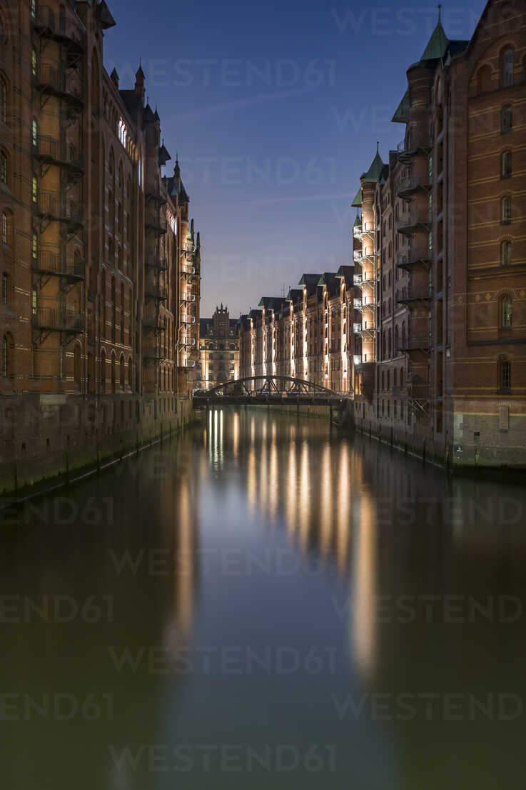 Germany, Hamburg, Wandrahmsfleet in the historic warehouse district in the evening, Speicherstadt - NKF000427 - Stefan Kunert/Westend61