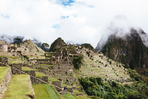 Peru, Machu Picchu Inca ruins in the morning with Huayna Picchu surrounded by fog - GEMF000621