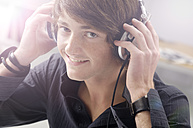 Portrait of smiling teenage boy with headphones - GUFF000177