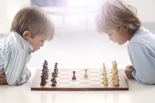 Two little boys playing chess - GUFF000210