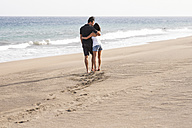 Couple in love walking on the beach - SIPF000012