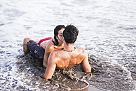 Couple in love kissing in the sea - SIPF000015