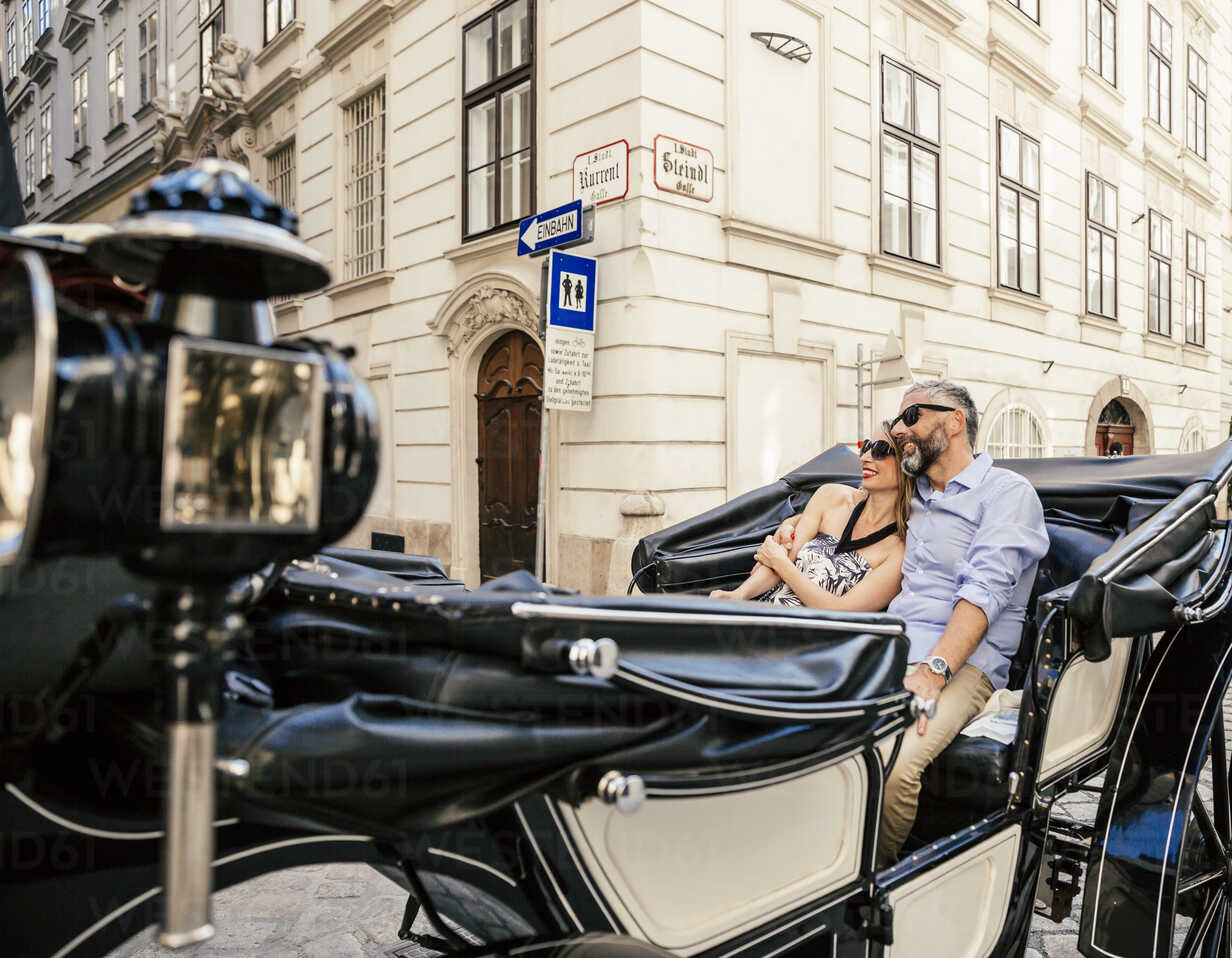 Austria, Vienna, couple in love on sightseeing tour in a fiaker - AIF000269 - AustrianImages/Westend61
