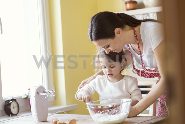 Little girl and her mother baking together - HAPF000163