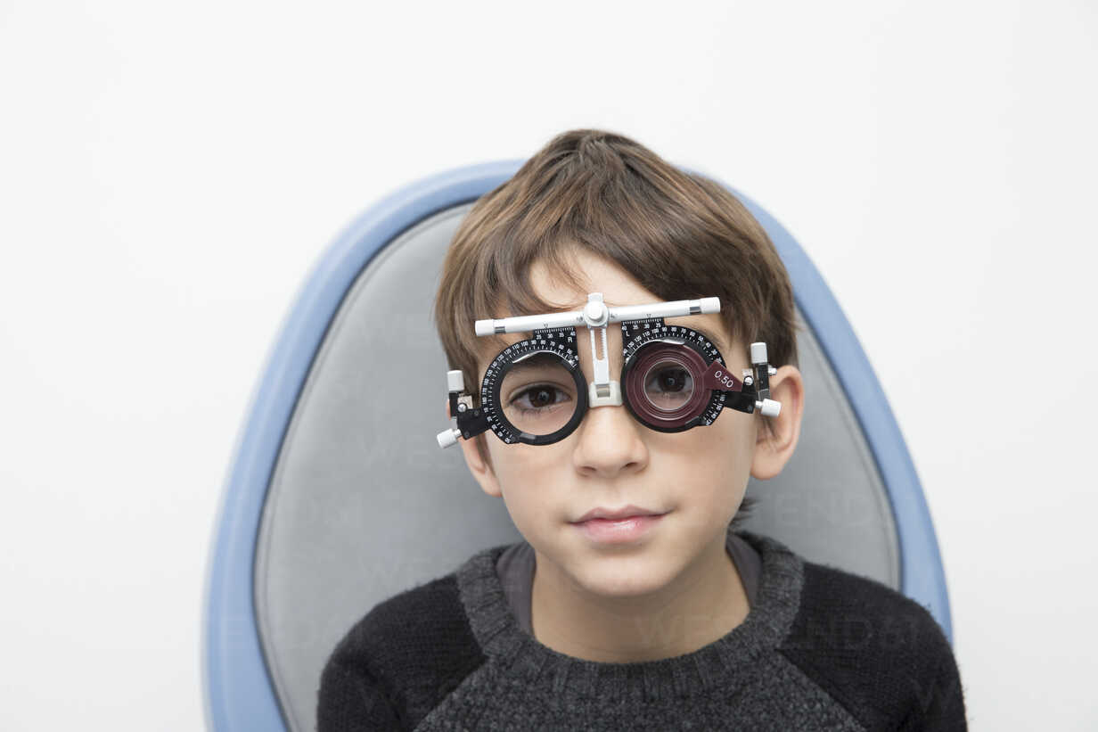 Boy wearing eye test equipment - ERLF000100 - Enrique Ramos/Westend61