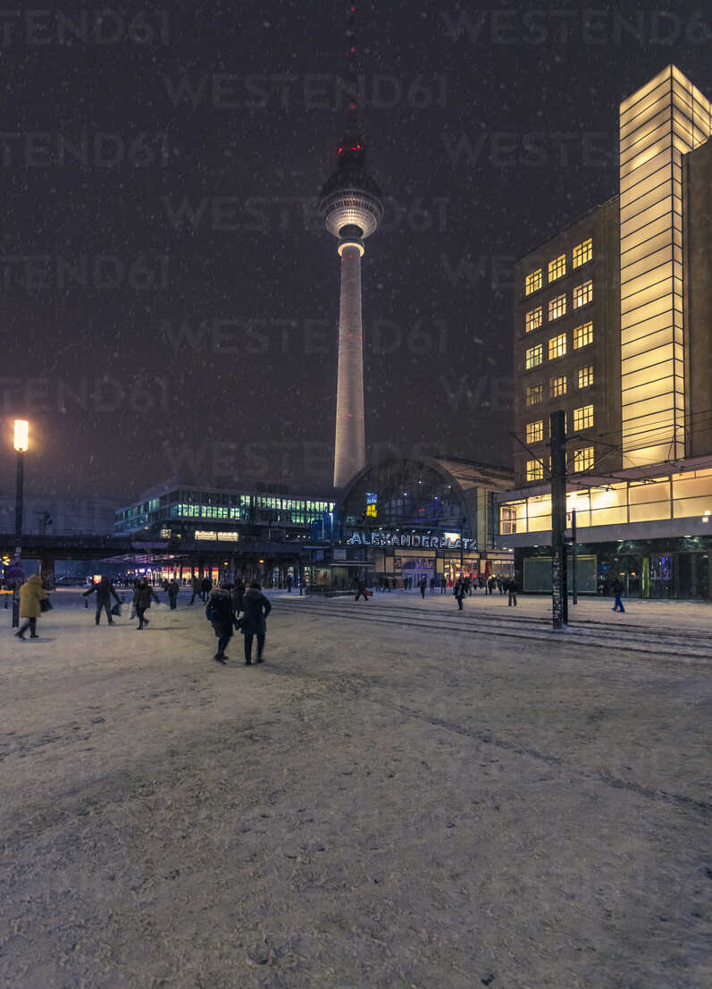 Germany, Berlin, view to television tower at snow fall in the evening - ZMF000451 - Michael Zwahlen/Westend61