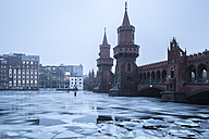 Germany, Berlin, view to Oberbaum Bridge in winter - ASCF000464