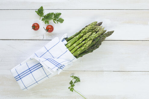 Bunch of green asparagus wrapped in kitchen towel - ASF005809