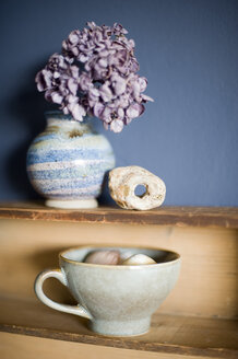 Still life with cider cup, hydrangea in vase and adder stone - GISF000195
